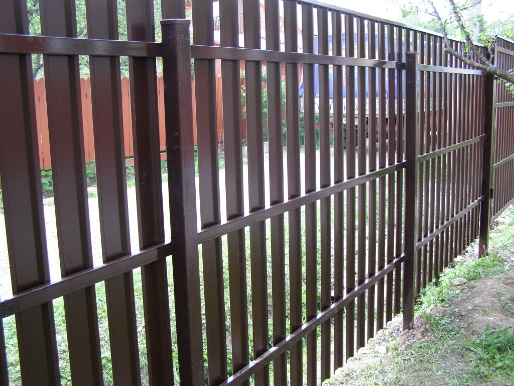 Заборы из металлического штакетника цена с установкой