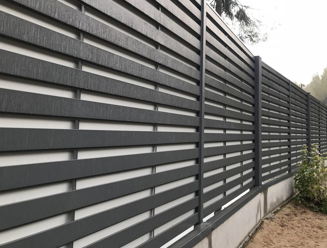 Забор из горизонтального металлического штакетника