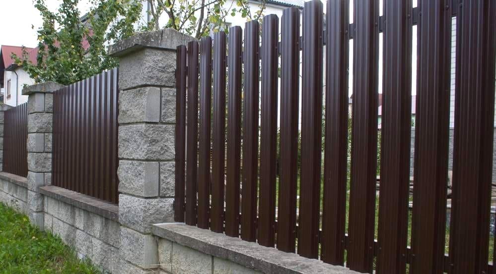 Заказать забор из металлического штакетника